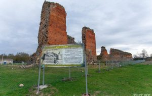 Необычный клич в соцсетях: для реставрации Кревского замка нужны камни