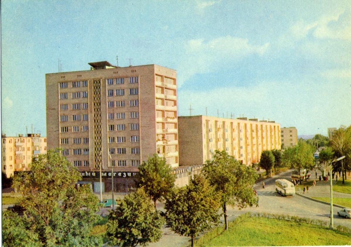 Пасярэдзіне вуліцы Горкага была цяністая каштанавая алея. 1980г.
