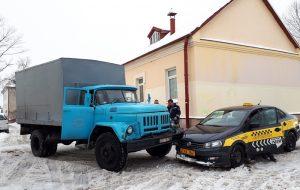 На заснеженной улице в Гродно грузовой ЗИЛ столкнулся с такси