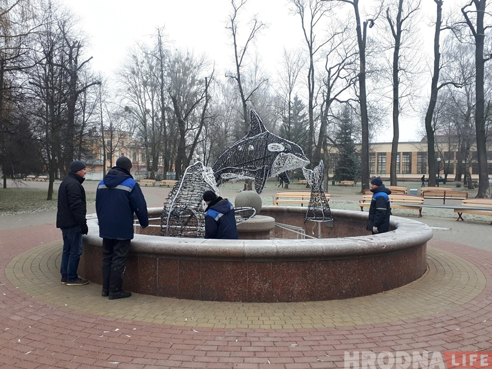 Фотофакт: в парке Жилибера устанавливают новогодних косаток