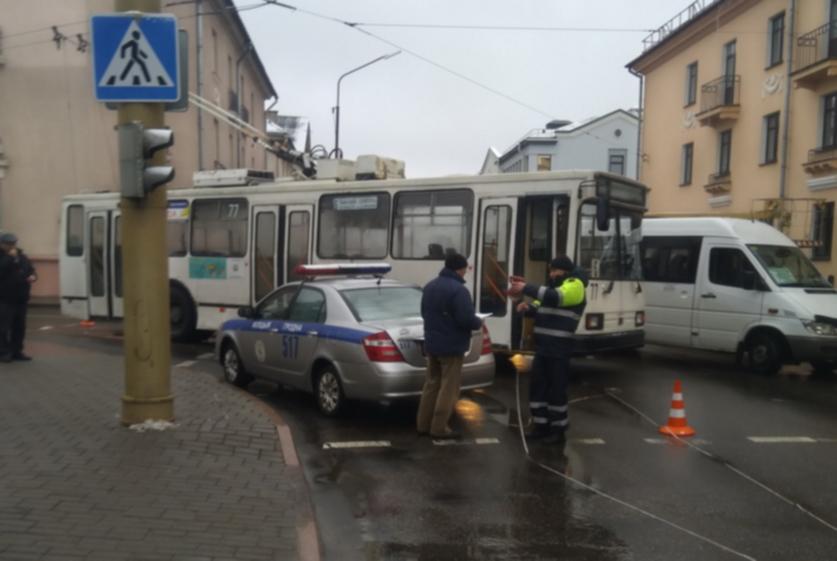 Девушка упала в троллейбусе и получила перелом плеча (обновлено)