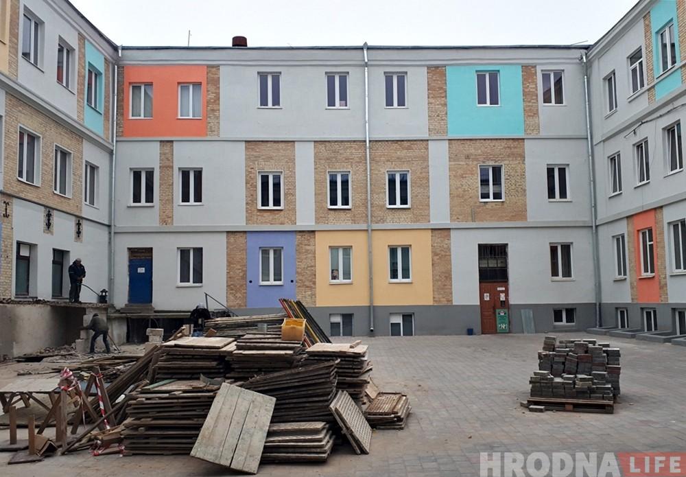 Возвращаемся к серым тонам: во дворике бывшей перчаточной фабрики закрашивают яркие цвета