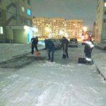 На Вишневце не дождались коммунальщиков и вышли на уборку снега сами