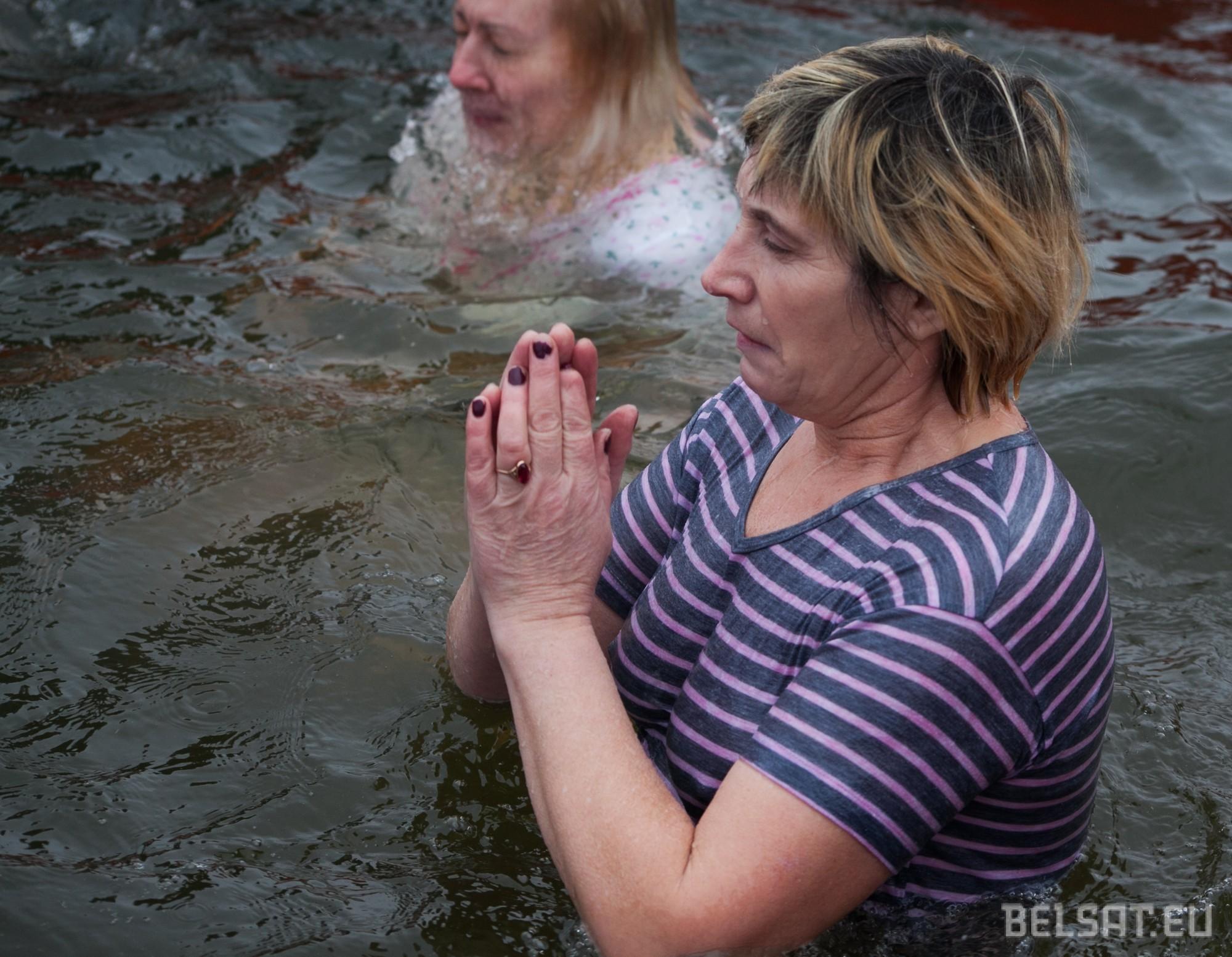 «Трэшчы – не трэшчы, прайшлі Вадахрэшчы». Масавае вадохрышчанскае купанне зладзілі ў Гродне