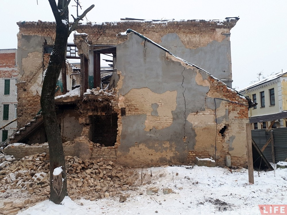 Застанецца толькі частка фасада: пачалася рэканструкцыя закінутага дома каля абласнога КДБ