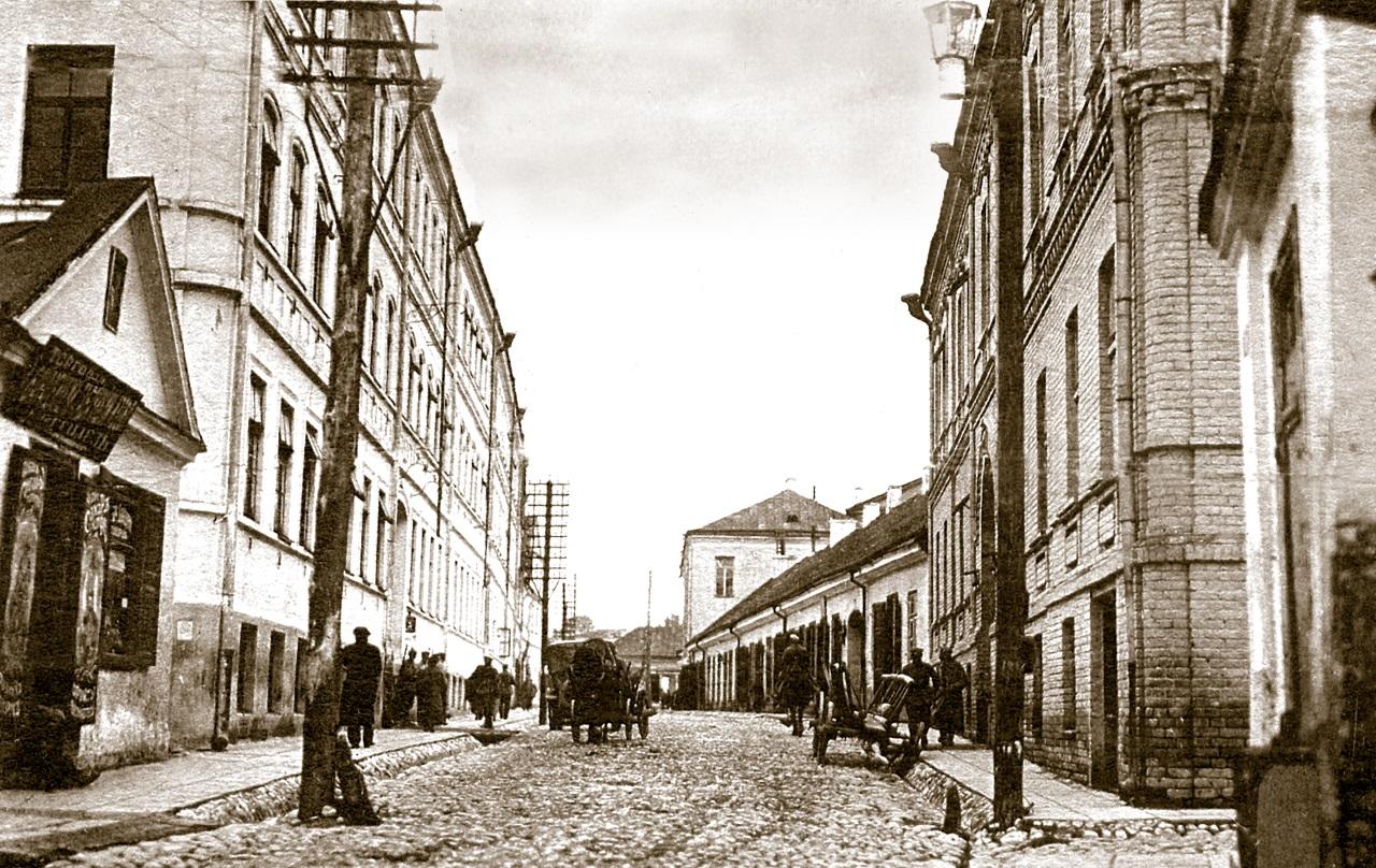 Вул. Маставая. На заднім плане ў канцы вуліцы віднеецца дом Брэгмана, з правага боку перад ім - прыватныя гандлёвыя рады Брэгмана.