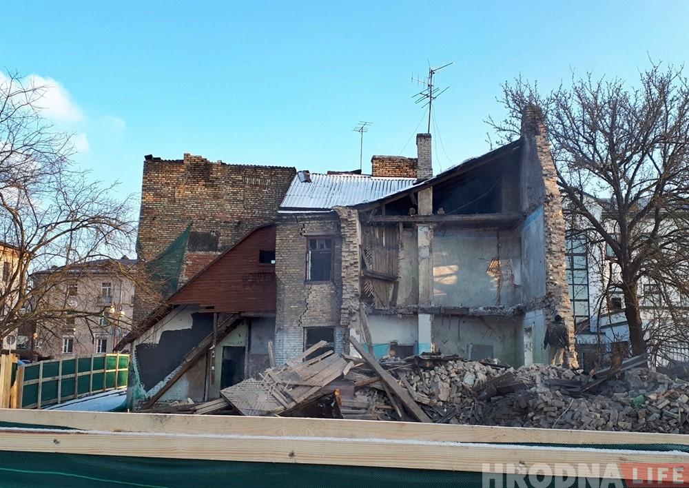 """""""Кривой дом"""" на Троицкой начали разбирать. Строители нашли схрон узников гетто"""