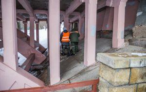 На Ожешко из канализации забил фонтан, стоки вытекали в реку. Почему произошла авария?