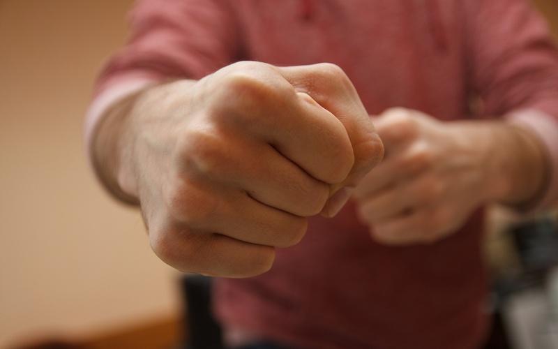 Один мужчина заставлял другого просить прощения, заливая кипяток за шиворот. Дело дошло до суда