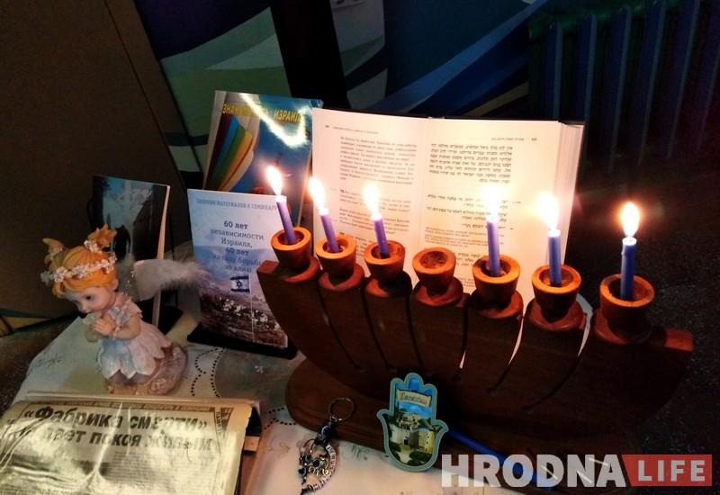 6 памятных свечак. У Гродне ўшанавалі ахвяр Халакосту