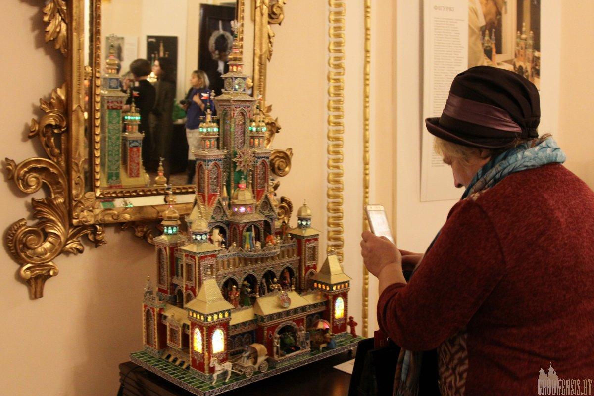 Палацы з абгортак ад цукерак і каралі з фальгі: у Новым замку паказваюць знакамітыя кракаўскія батлейкі
