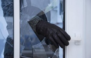 Пьяный гродненец шел по улице и разбил чужие окна рукой