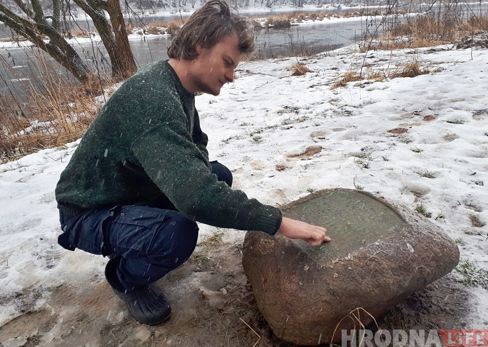 На беразе Нёмана рыбакі знайшлі камень з нямецкімі надпісамі. Што гэта: надмагілле ці памятны знак?