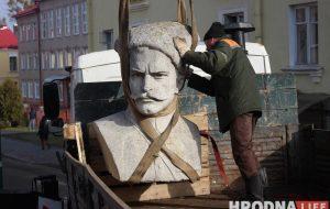Фоторепортаж: На Василька демонтировали памятник Чапаеву