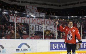 Сергею Пушкову - 55 лет.  Хоккеисты и болельщики поздравили тренера