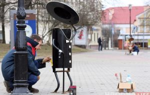 Подкрашивают дам и джентльменов: ржавые мусорные урны в центре Гродно приводят в порядок