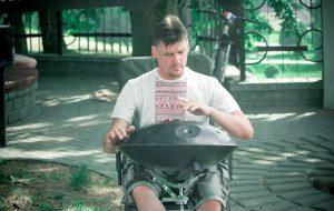 """""""Не хочу быть обычным уличным музыкантом"""". Александр Зимин собирает деньги на новый хэндпан"""