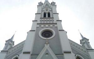 Дыры от пуль в циферблате: как реставрируют башенные часы лютеранской кирхи