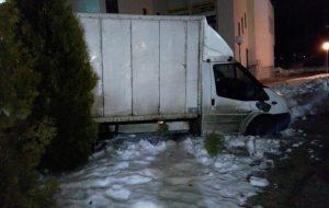 Водитель грузовика убегал от ГАИ, но застрял среди туй