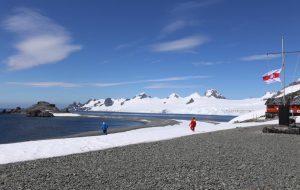 В Антарктиде подняли бело-красно-белый флаг с «Погоней»