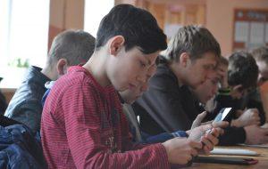 Школьникам запретят мобильники и организуют психологическую помощь