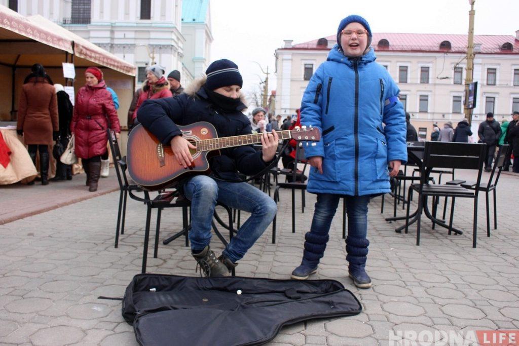 """Картинка с """"Казюков"""": пока родители-ремесленники торгуют, дети музыкой зарабатывают на новую гитару"""