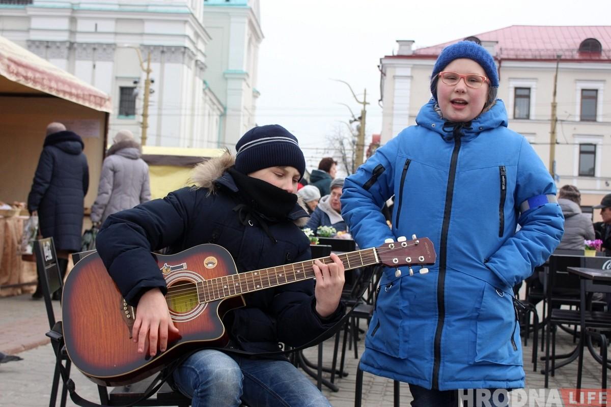 """Малюнак з """"Казюкаў"""": пакуль бацькі-рамеснікі гандлююць, дзеці музыкай зарабляюць на новую гітару"""