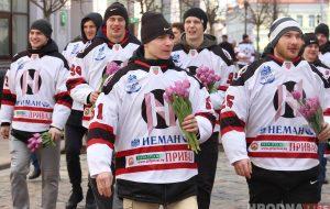 """Хоккейный """"Неман"""" вышел в центр Гродно и поздравил женщин с 8 марта"""