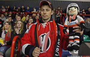 Талисман победы: семья из Гродно ходит на хоккей с мягкой игрушкой, которая приносит удачу