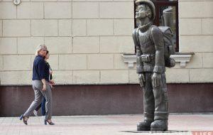 """У цэнтры Гродна прыбралі """"турыста"""". Не спадабаўся адміністрацыі?"""