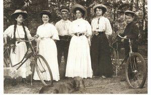 Стягивали талию корсетом и не носили бельё: какой была гродненская мода 100 лет назад