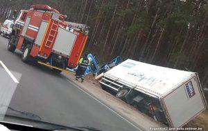 Возле Ивья грузовик оказался в кювете. Водителю стало плохо?