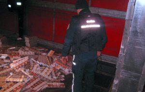 30 000 пачек сигарет нашли таможенники в фуре в «Бобровниках». Водителю грозит до 5 лет