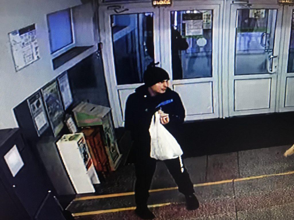 Ищут гродненца, который украл в магазине вещи из камеры хранения