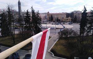 В Минске журналист вывесил БЧБ-флаг у себя в окне. Приехал подъемник, чтобы его снять