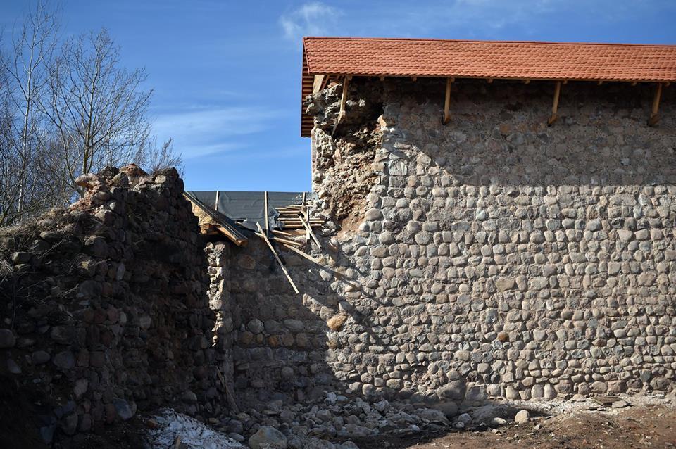 У Крэўскім замку развалілася частка новай муроўкі. Архітэктар дапускаў такі вынік