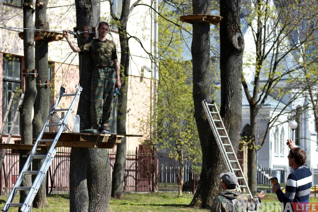 В парке Жилибера создают веревочный городок. Обещают, что деревья не пострадают