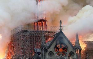 Горел собор Парижской Богоматери, обрушился шпиль. ВИДЕО
