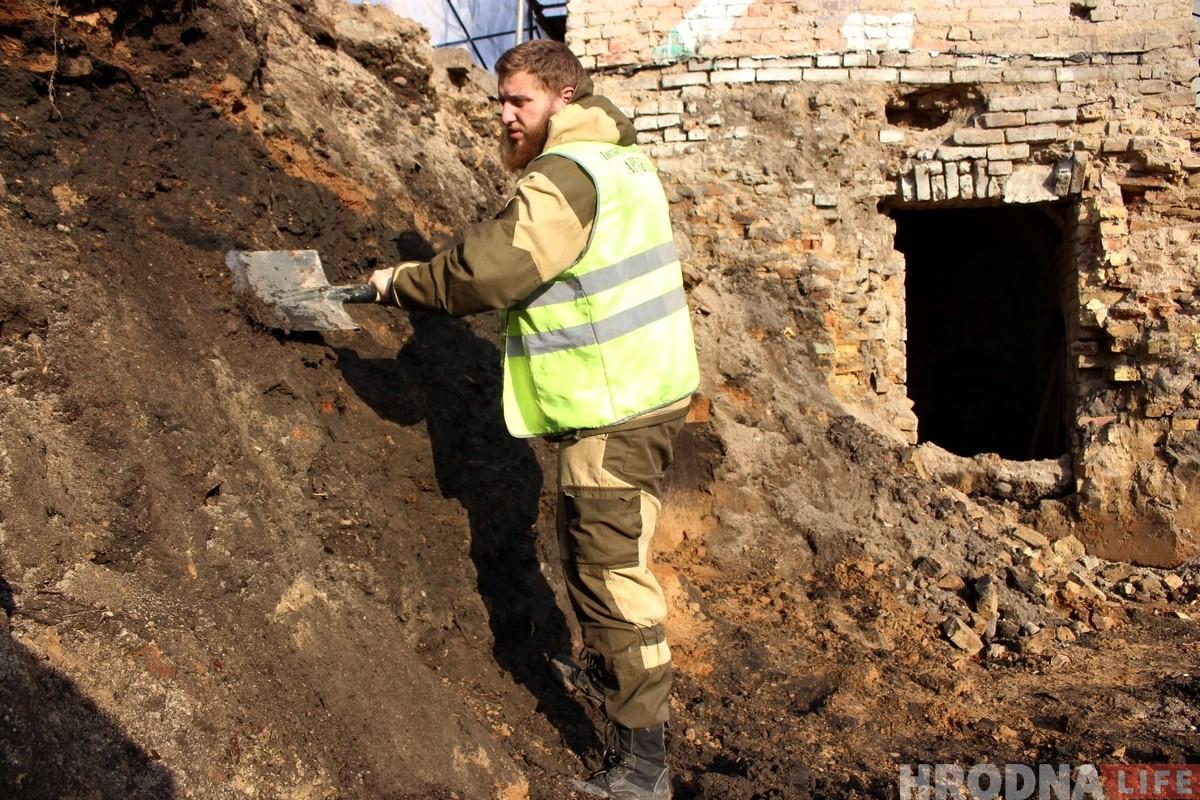 Не толькі словамі, але і справай: гродзенскія гісторыкі з рыдлёўкамі прыйшлі дапамагаць археолагу на Вялікай Траецкай