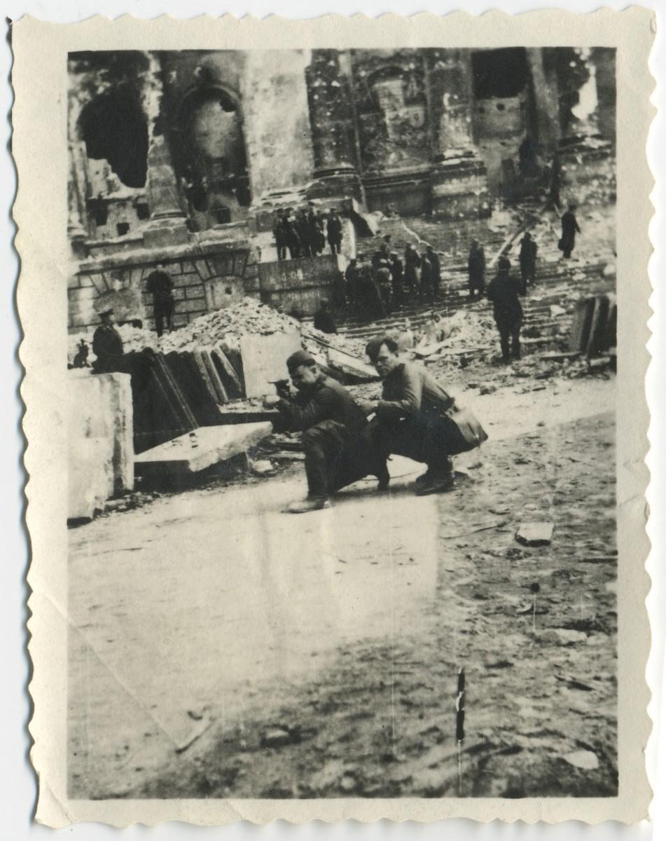 Аляксей Карпюк з сябрам у Берліне