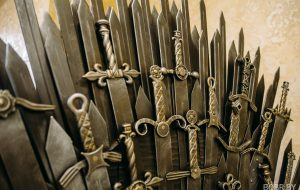 В Бобруйске выковали трон из «Игры престолов». Фотофакт