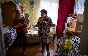По закону и безнадежно. Почему многодетная мать из Дятлово живет в одной комнате с пятью детьми