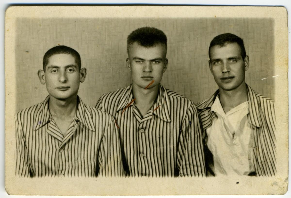 Аляксей Карпюк з баявымі сябрамі, шпіталь у Познані, лета 1945 года