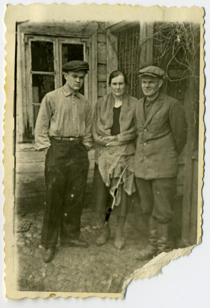 Юны Аляксей Карпюк разам з бацькамі, 1930-я гады