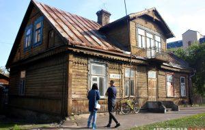 «Отдайте дом и мы спасем его». Семья гродненцев хочет сохранить деревянные дома в Новом Свете