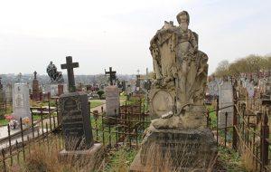 Чтобы сохранить кладбище на Антонова, ищут спонсоров