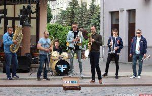 «За счет уличных выступлений мы стали популярны». Группа из Поречья открыла сезон уличных выступлений в Гродно