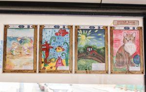 В Гродно по троллейбусам развесили почти тысячу детских рисунков