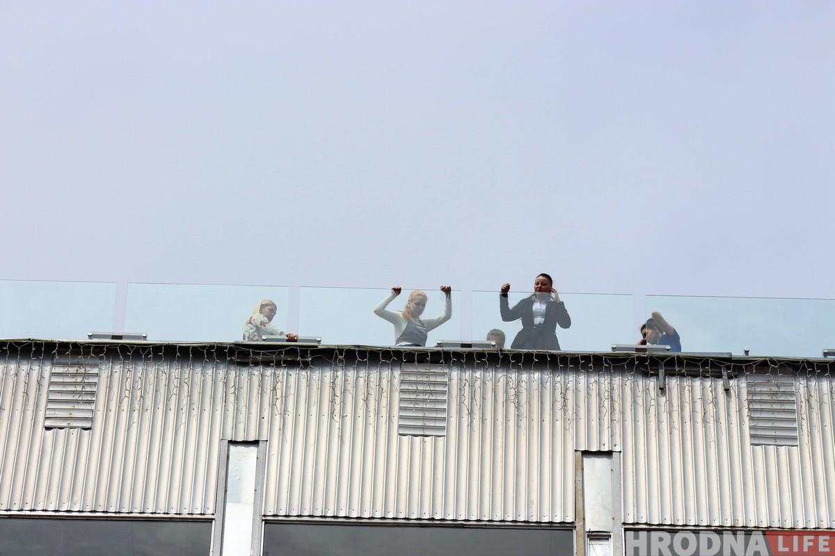 Чалавек спрабаваў скочыць з даху ўнівермага ў Гродне