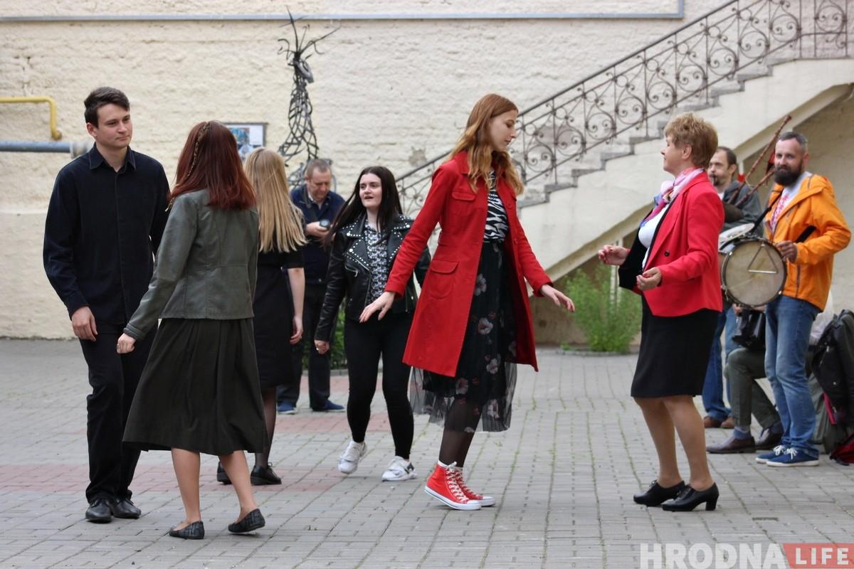 Беларуская музыка і танцы: у цэнтры Гродна зноў ажывае дворык